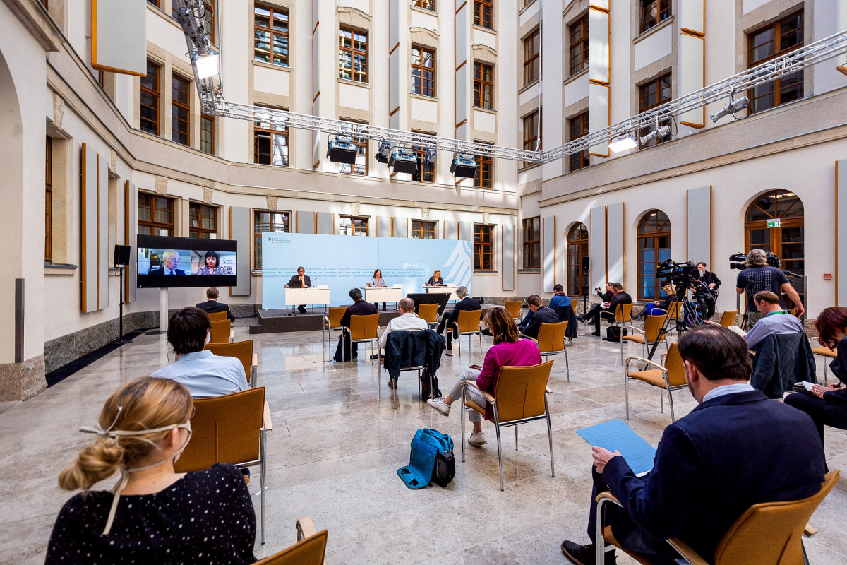 Photo shows press conference ahead of the 11th Petersberg Climate Dialogue by German government, with env min Svenja Schulze. Photo: BMU/Christoph Wehrer 2020.