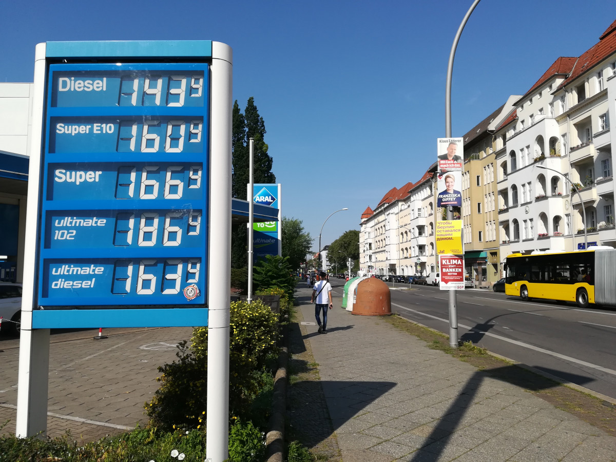 Photo shows petrol station price tableau in Berlin with election campaign posters at street 2021. Photo: CLEW/Wettengel.