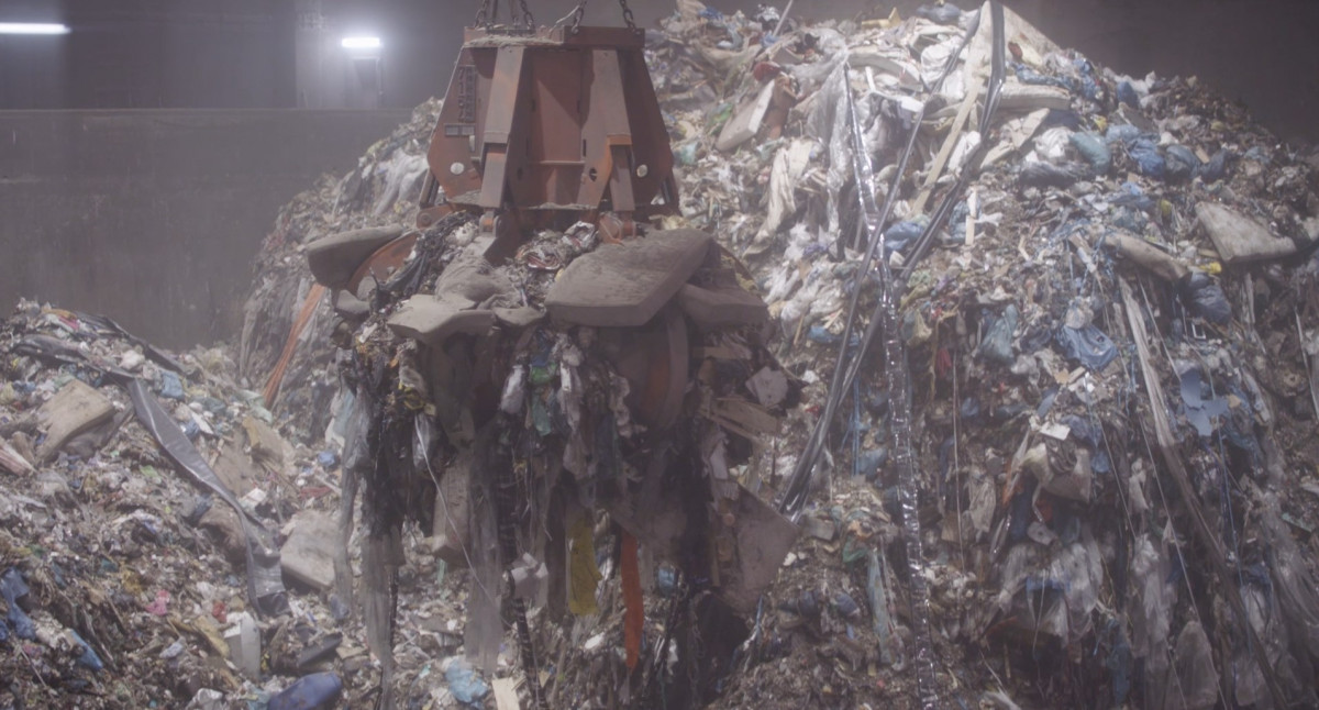 Garbage going into the incinerator at EEW waste to energy facility in Helmstedt, Germany. Photo: EEW.