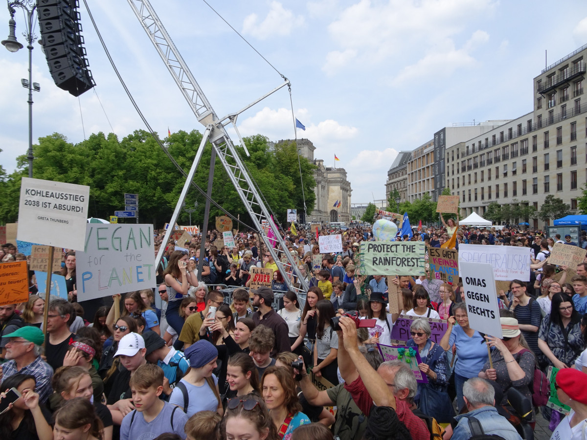 Photo shows protesters at the Fridays For Future climate strike in Berlin on 24 May 2019. Source: CLEW/Clermont 2019.