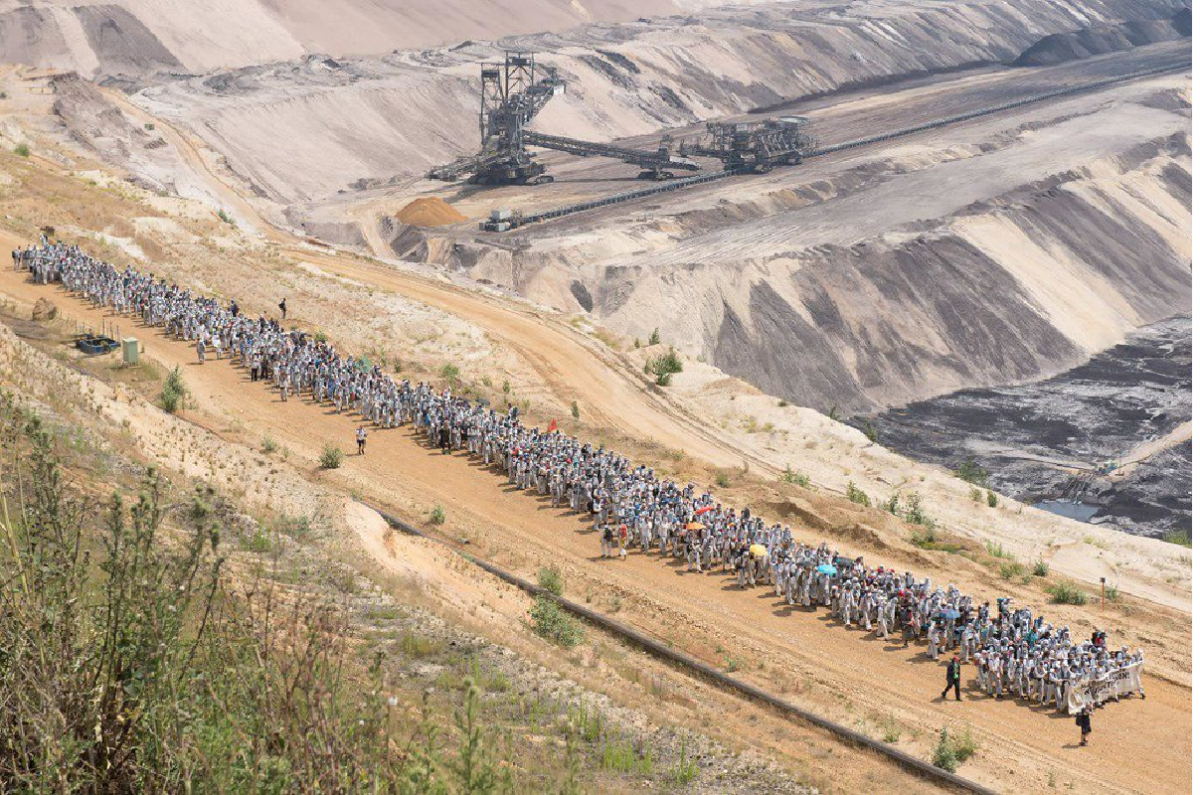 Anti-coal activisits of protest group Ende Gelände inside the Garzweiler lignite mine. Photo: Ruben Neugebauer