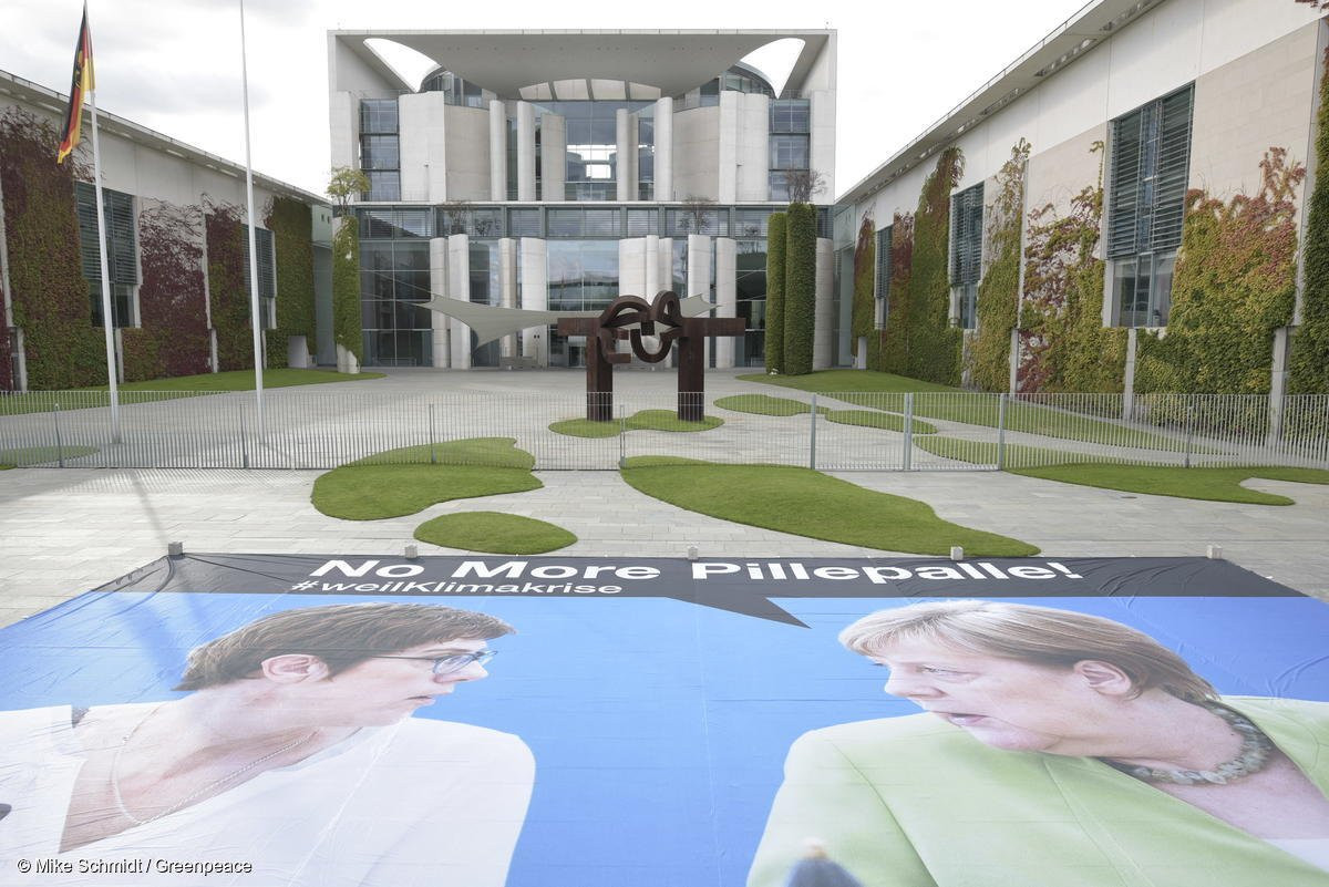 Greenpeace activists protest for an end of the government's piecemeal approach to climate policy in front of Angela Merkel's chancellery. Photo: Mike Schmidt/Greenpeace 2019.