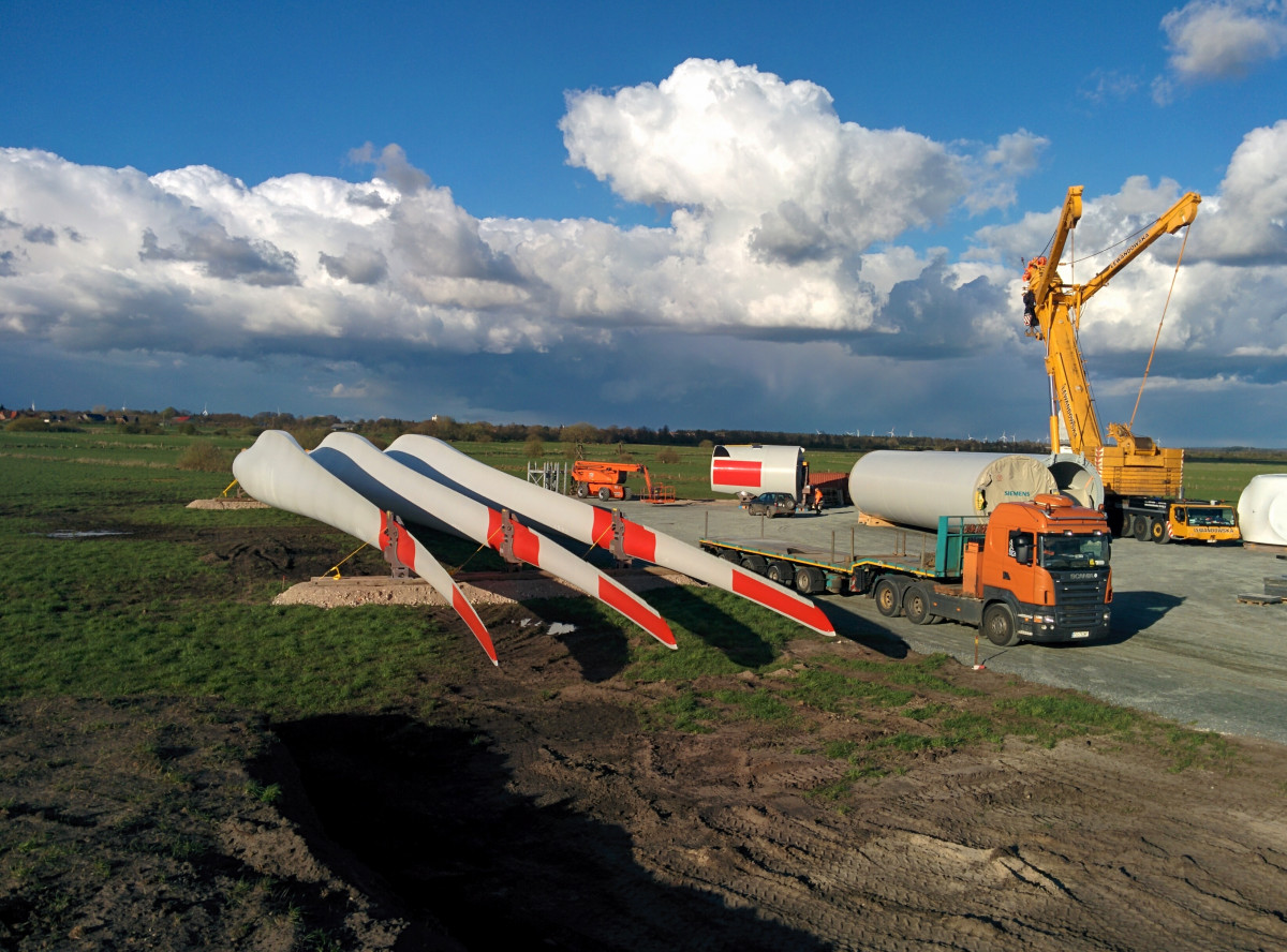 Photo shows construction of wind turbine in Germany. Photo: CLEW/Wettengel.