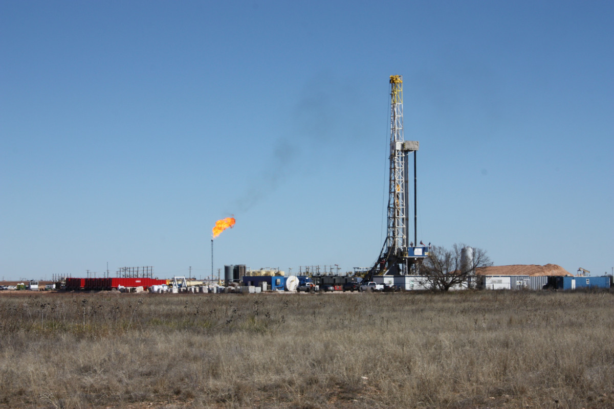 Oil drilling rig and flare near Big Spring in West Texas. Photo: CLEW/Wettengel 2020.