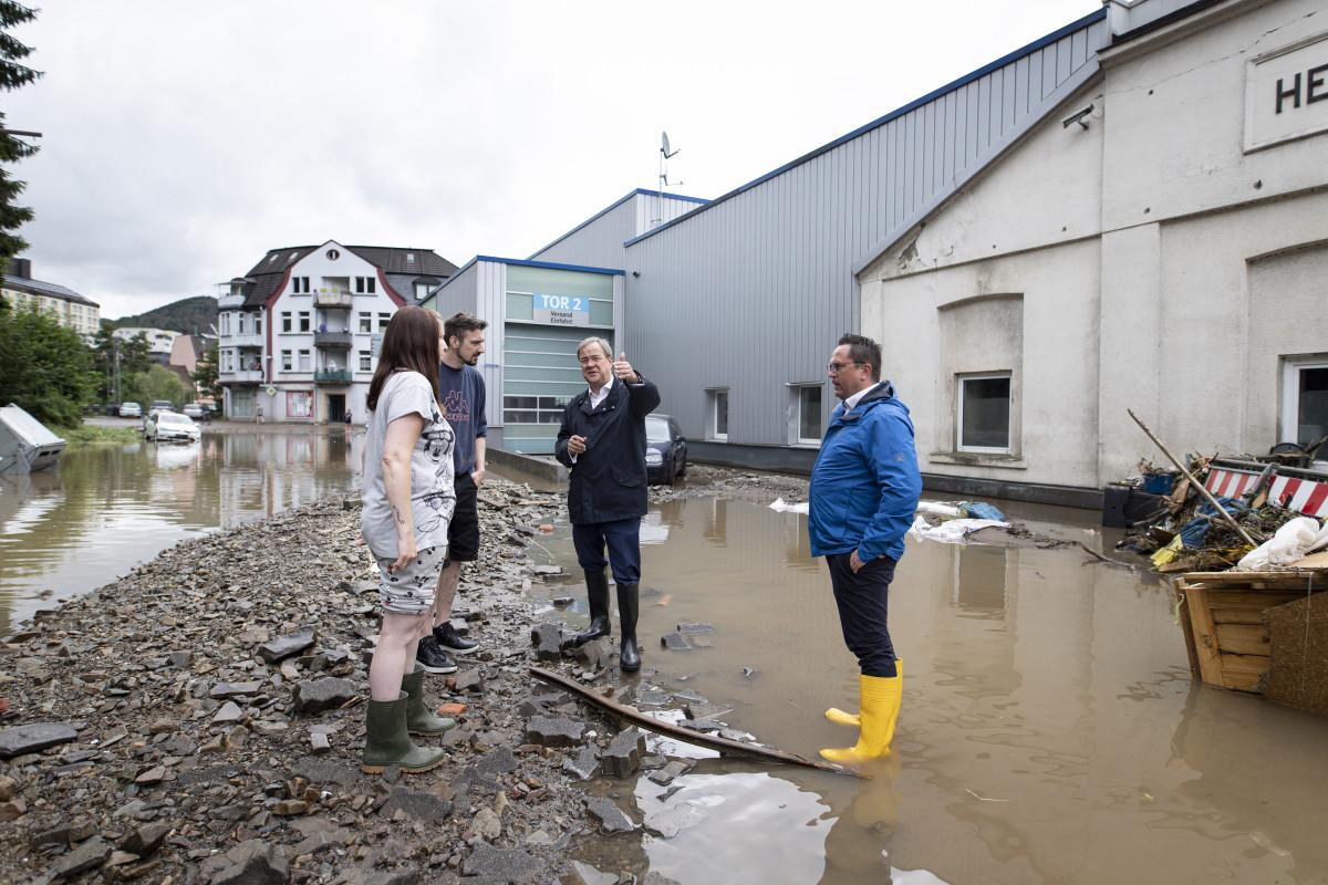 Photo shows state premier Armin Laschet in flooded area in Altena. Photo: Land NRW / Ralph Sondermann.