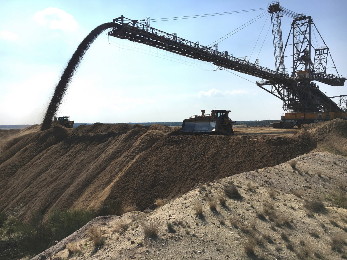 Photo shows excavator in lignite mine Reichwalde in Germany. Photo: Leag.