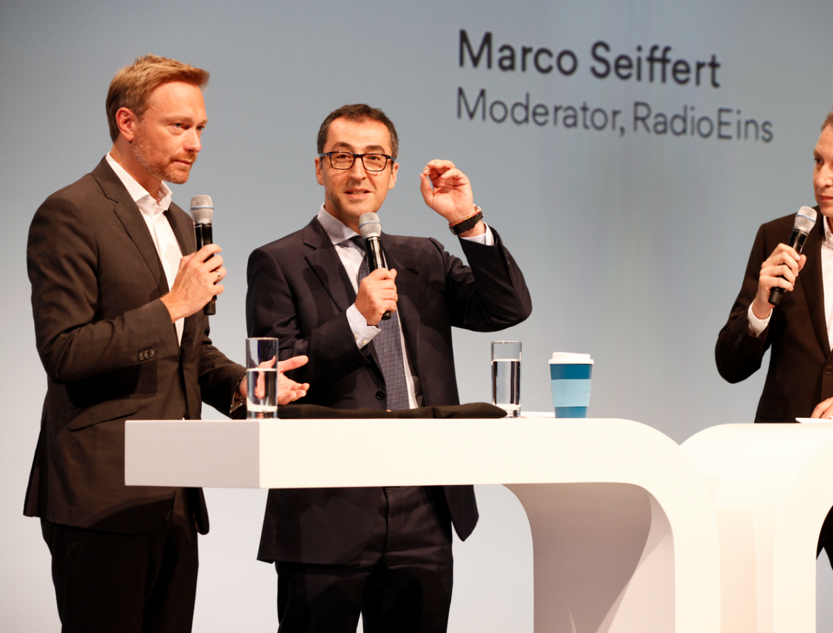 Lindner (left) and Özdemir (centre) debating in Berlin. Photo: BDEW