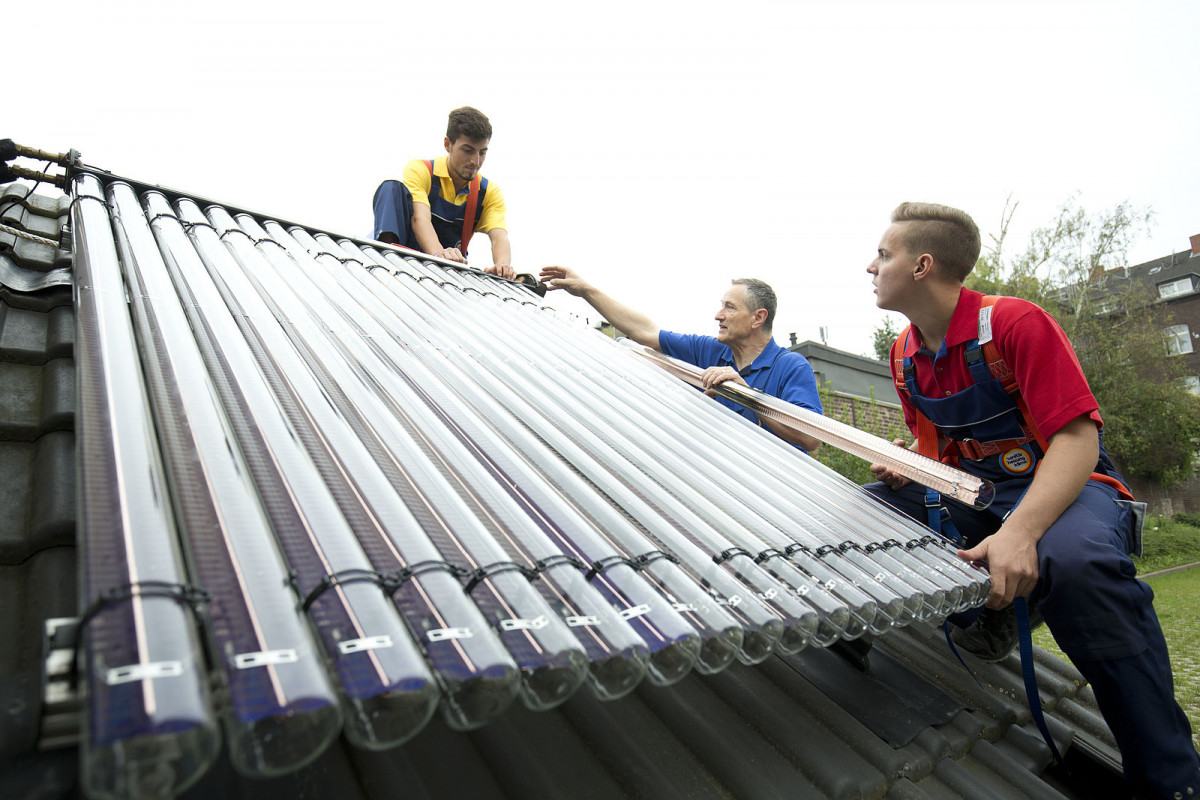 Photo shows team installing solar thermal unit in Germany. Source: ZVSHK.