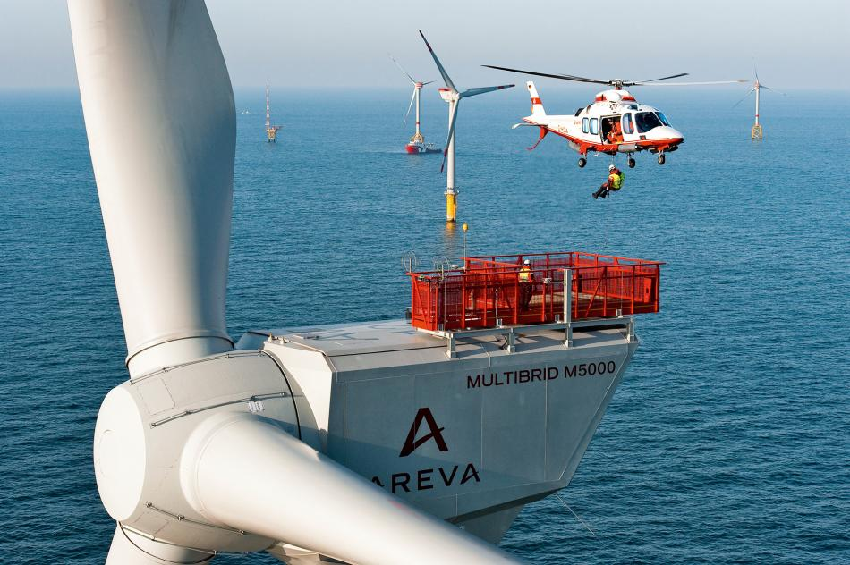 Abseiling from a helicpoter: Maintenance at sea is much more costly than for onshore turbines. Photo: Stiftung Offshore Windenergie