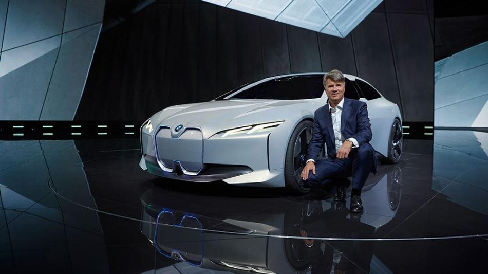BMW CEO Krüger presents the future i5