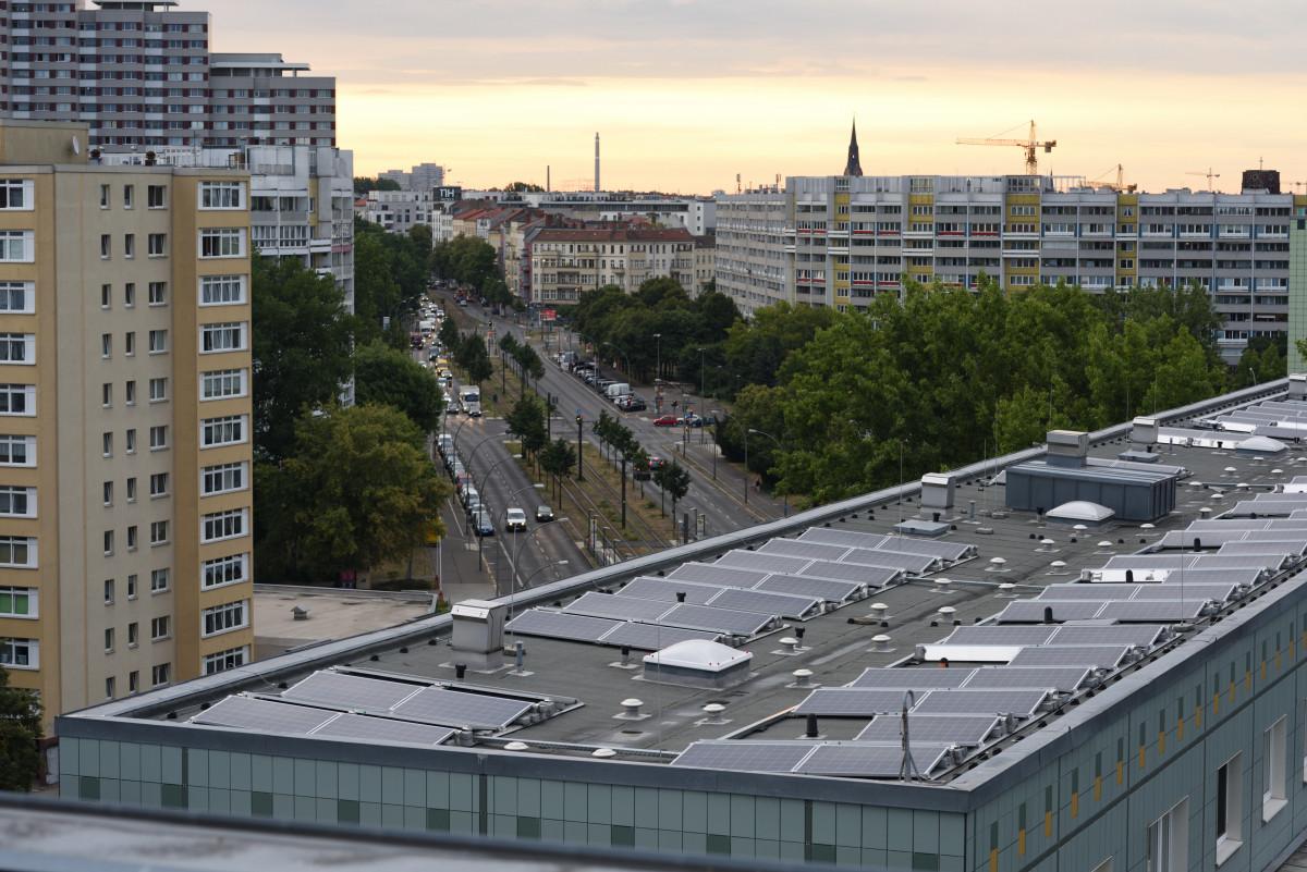 Rooftop solar panels at Mollstraße in Berlin. Photo: Berliner Stadtwerke/Darius Ramazani.