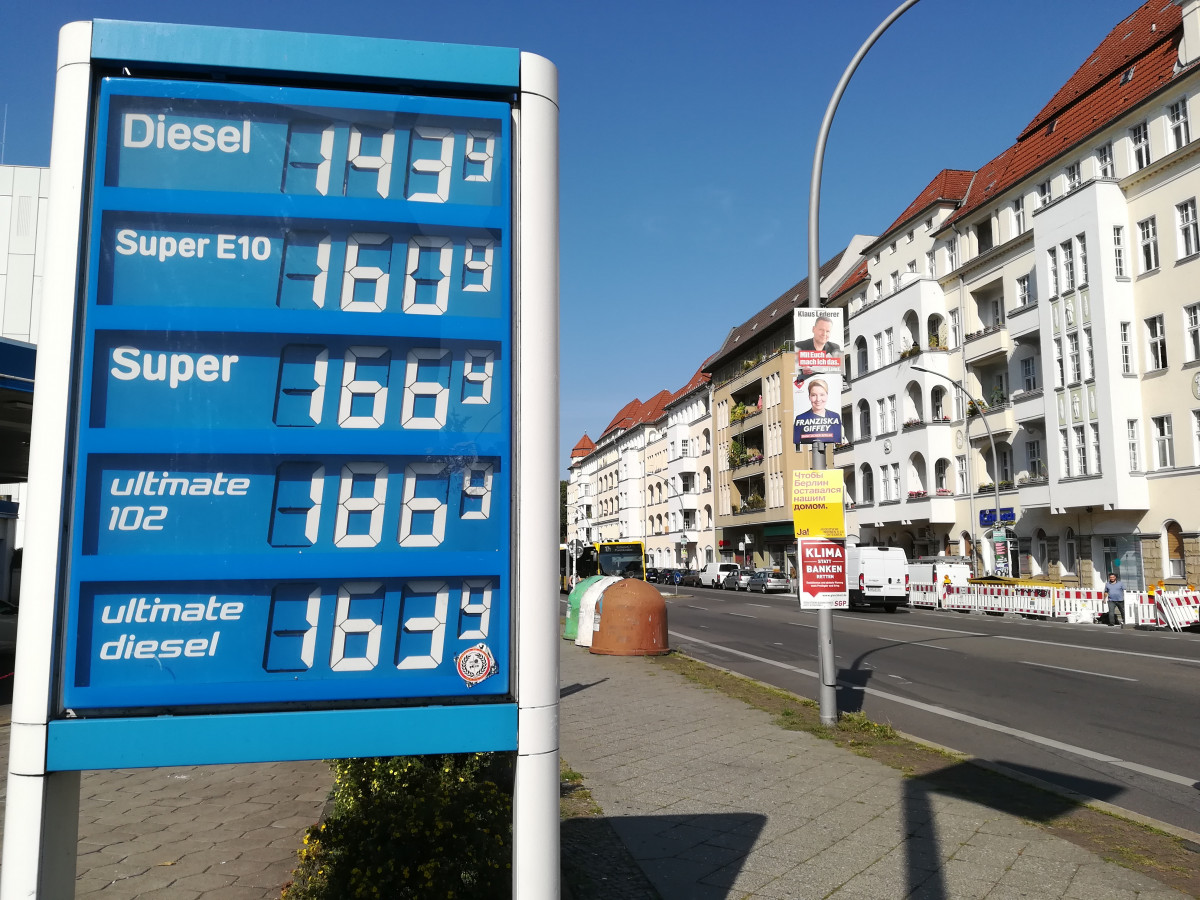 Photo shows German gas station with prices and election campaign posters 2021. Photo: CLEW/Wettengel.