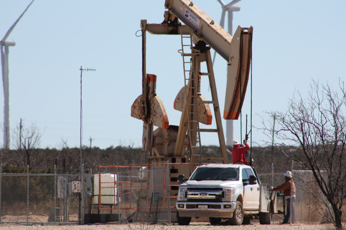 Photo shows oil rig and wind turbines in Big Spring, Texas. Photo: CLEW/Wettengel 2020.