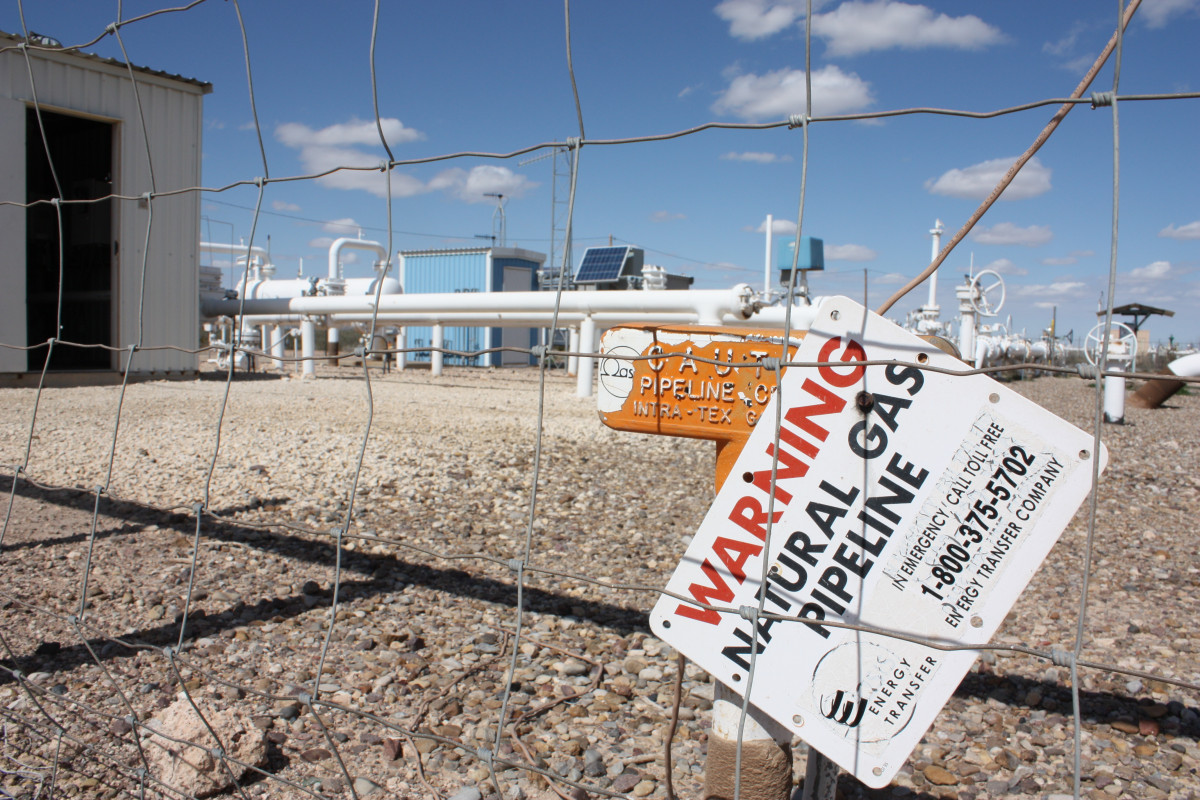 Photo shows sign that warns of natural gas pipeline at Waha Hub. Photo: CLEW/Wettengel 2020.