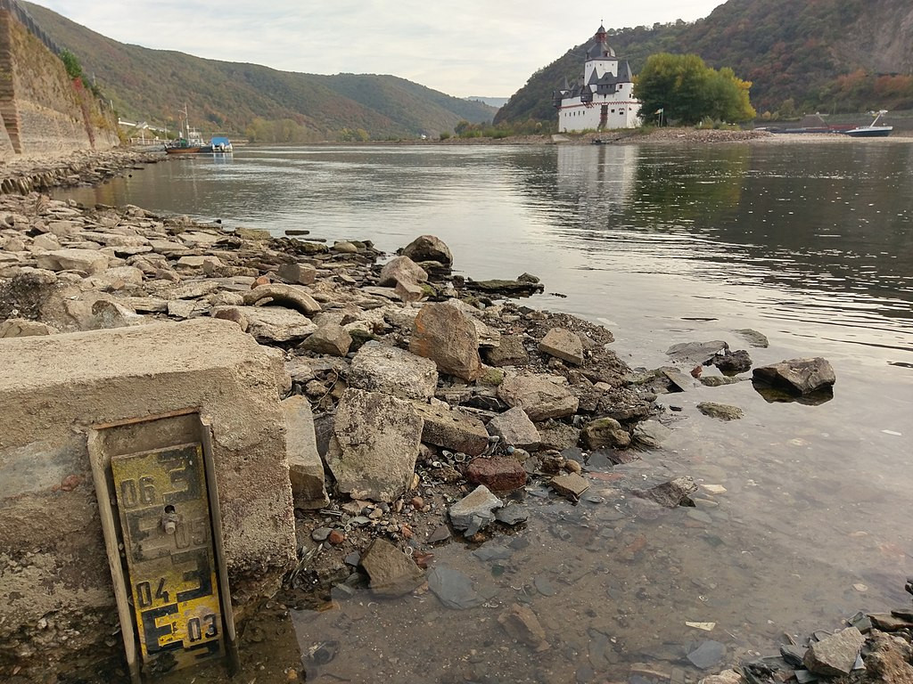 River Rhine near Kaub in Rhineland-Palatinate in 2018: low water levels led to severe obstructions to inland navigation on Germany's most important river in recent years. Photo: Marion Halft / wikimedia commons