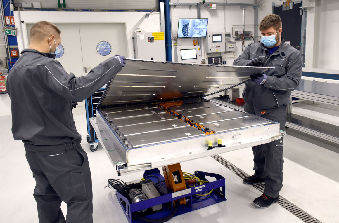 E-car batteries to a large extent need to be disassembled by hand, as established automated procedures are lacking. Photo: Volkswagen